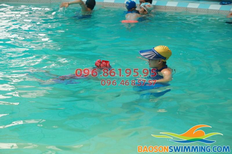 Học bơi tại bể bơi khách sạn Bảo Sơn, bạn sẽ được chọn giáo viên nam hoặc nữ hợp với nhu cầu và sở thích của bé