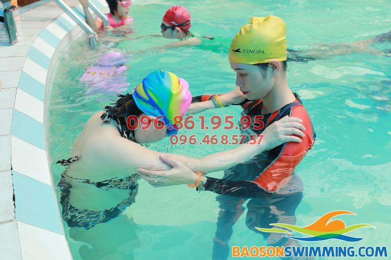 Lớp học bơi khách sạn Bảo Sơn kèm riêng dành cho người trung niên tại Hà Nội 02