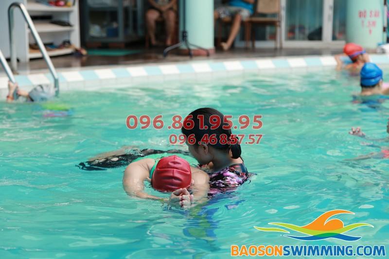 Học bơi sải đúng kỹ thuật với lớp dạy bơi khách sạn Bảo Sơn kèm riêng của Bảo Sơn Swimming 01
