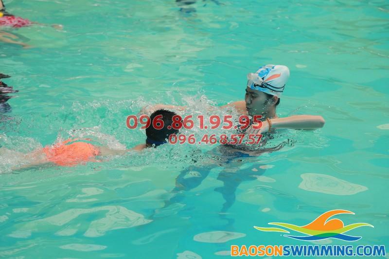 Dạy trẻ chống đuối nước với lớp học bơi khách sạn Bảo Sơn kèm riêng của Bảo Sơn Swimming 02