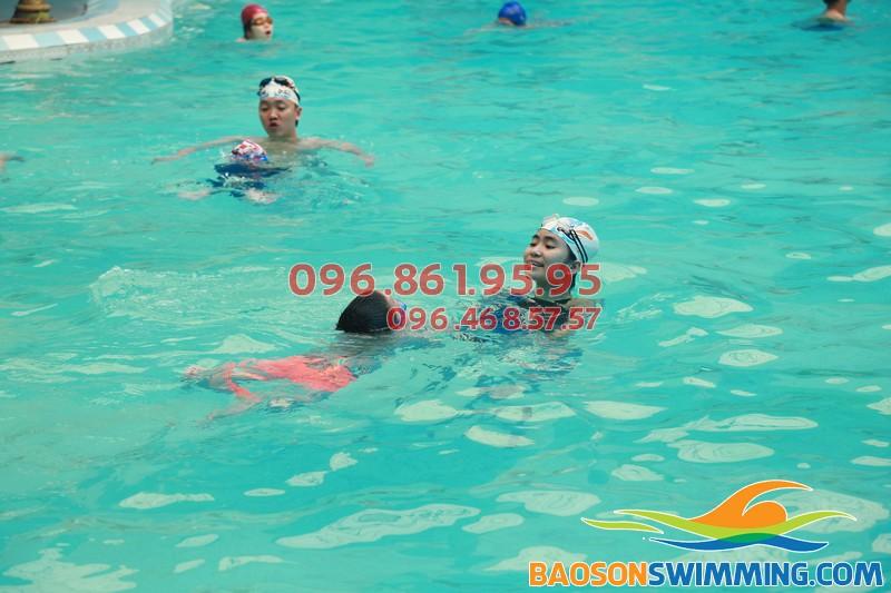 Bé vừa học vừa chơi với lớp học bơi khách sạn Bảo Sơn của Baosonswimming 02
