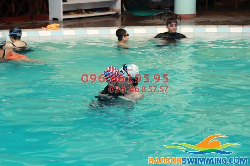 Bé được học bơi với các giáo viên giỏi, thân thiện, nhiệt tình