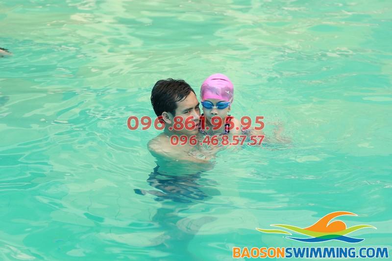 Dạy học bơi Bảo Sơn: trao niềm tin bơi lội cho các bé nhát nước
