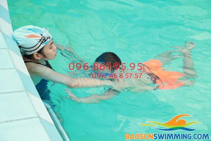 Dạy trẻ chống đuối nước với lớp học bơi khách sạn Bảo Sơn kèm riêng của Bảo Sơn Swimming 01