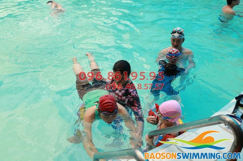 Lớp học bơi ở bể bơi khách sạn Bảo Sơn của Baosonswimming 01