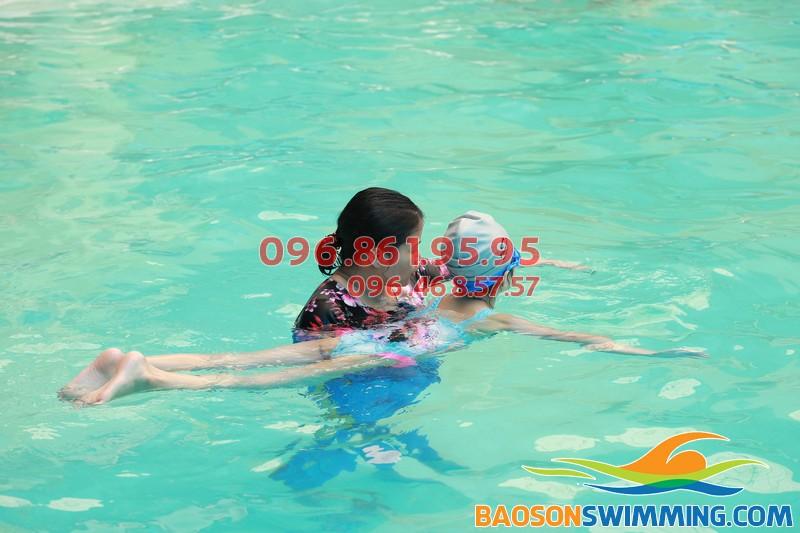 """Tập lướt nước """"đúng chuẩn"""" với lớp học bơi bể bơi khách sạn Bảo Sơn 01"""