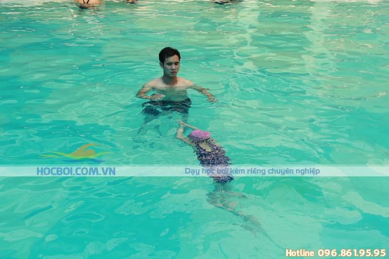 Dạy học bơi cho trẻ em tại bể bơi khách sạn Bảo Sơn