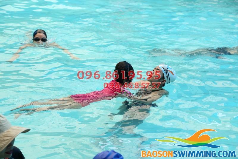 """Học bơi cấp tốc """"nhìn là hiểu"""" với lớp dạy bơi khách sạn Bảo Sơn"""