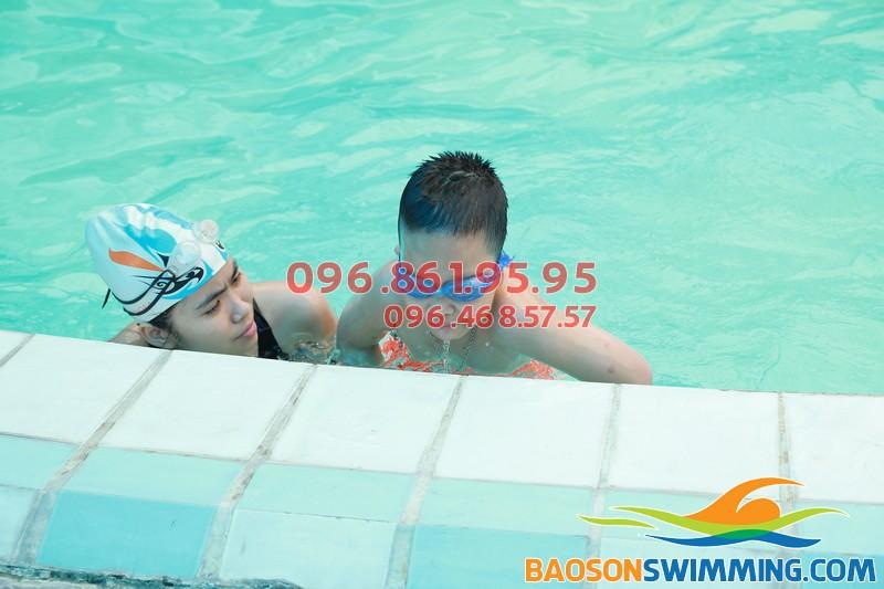 Em tập bơi cùng HLV giỏi tại bể bơi Bảo Sơn
