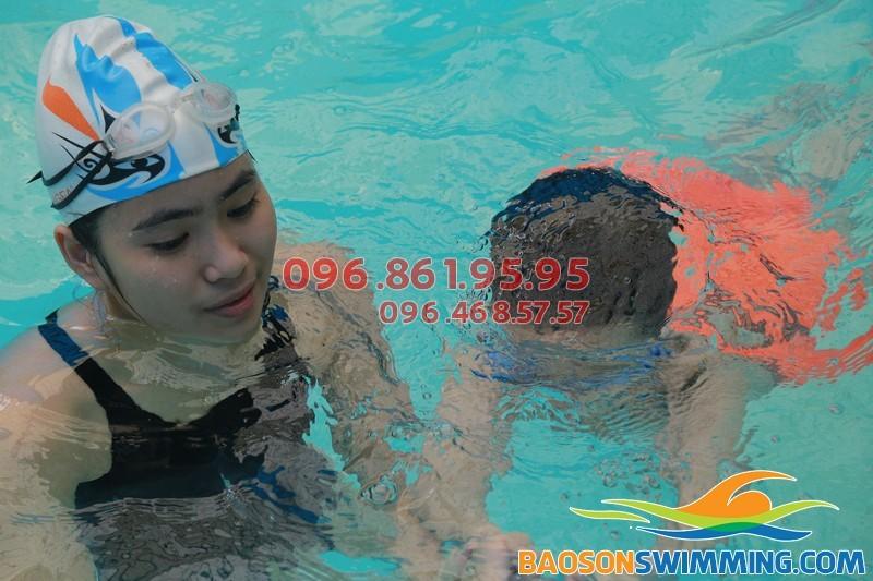 Khám phá tuyệt chiêu dạy học bơi không sợ nước của Bảo Sơn Swimming