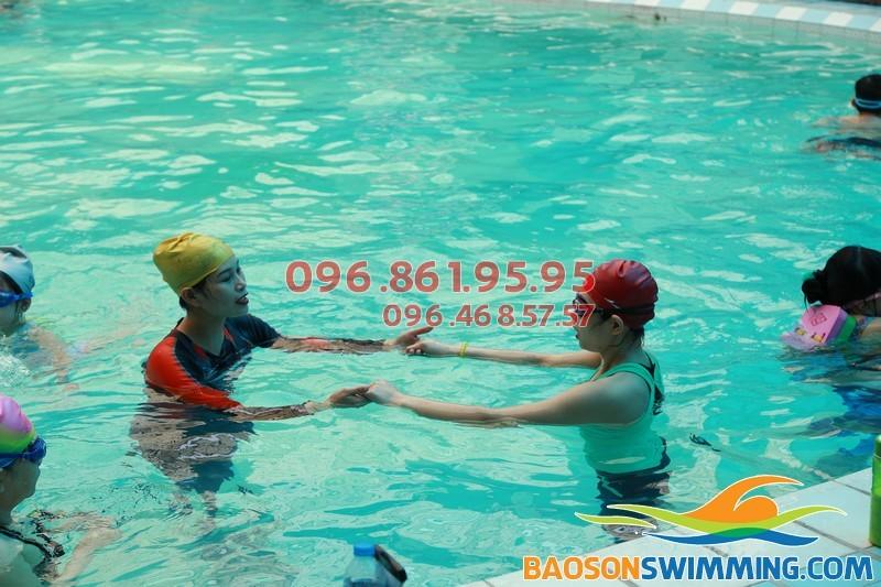 Dạy học bơi kèm riêng với HLV nữ tại bể bơi Bảo Sơn