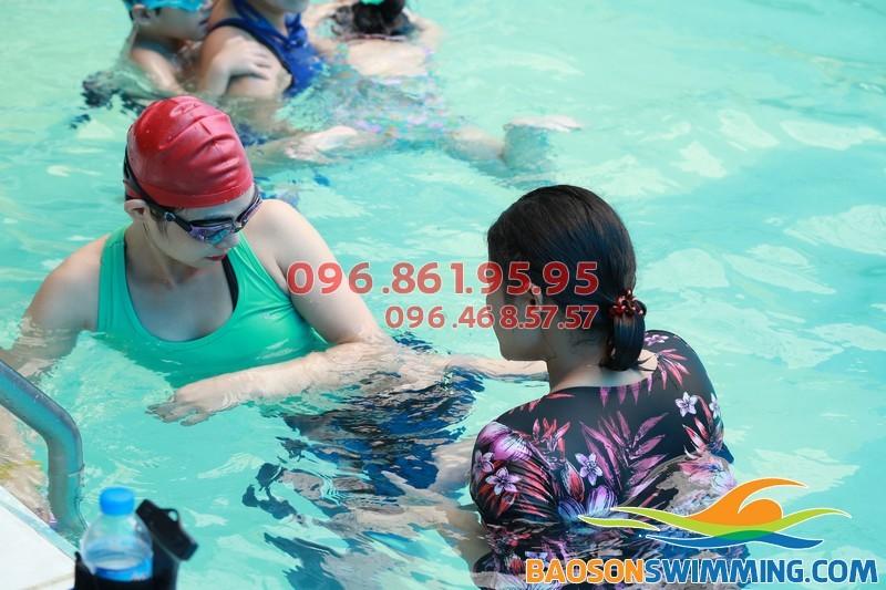 Ở đâu có HLV nữ dạy bơi cho người lớn?!