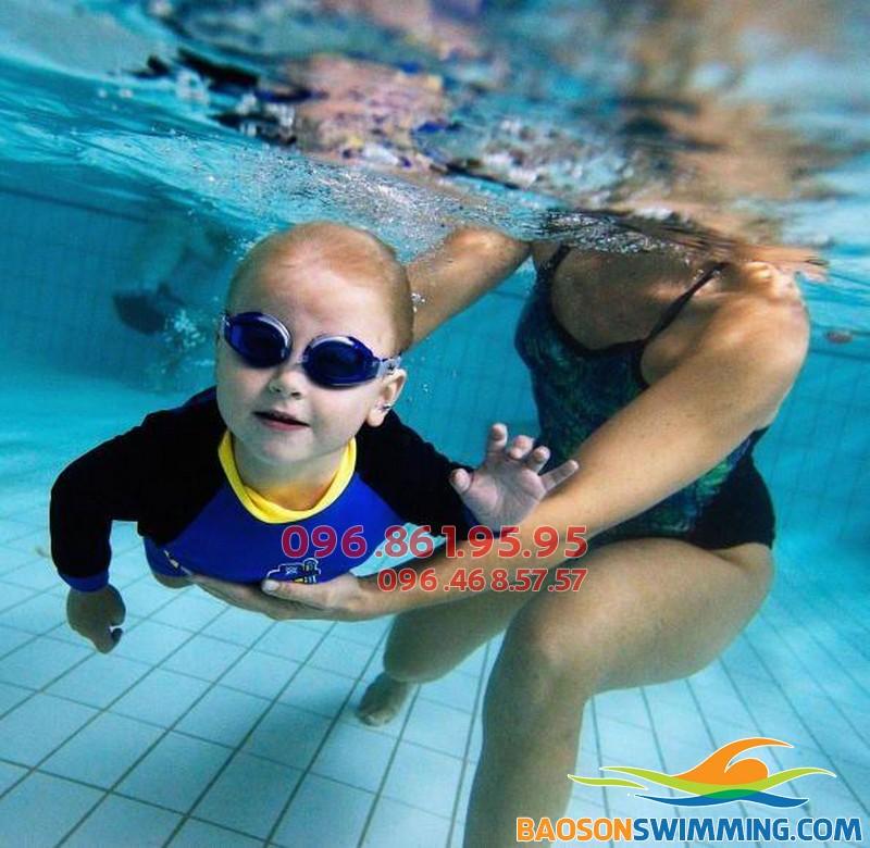 Cho trẻ học bơi sớm và những lợi ích không ngờ