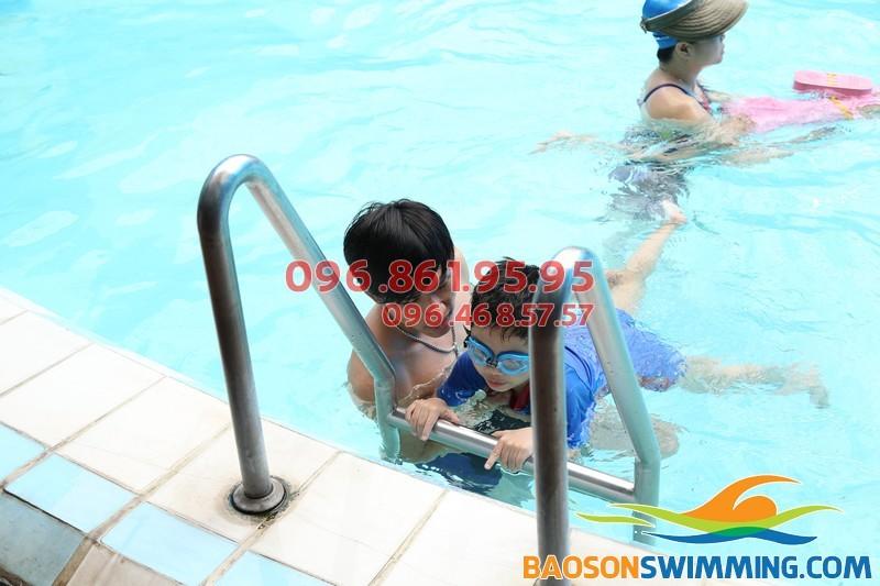 Dạy học bơi cho học sinh tiểu học tại bể bơi Bảo Sơn