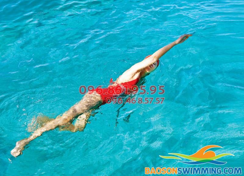 """Bơi lội giúp """"thổi bay"""" mỡ bụng cho dân văn phòng"""
