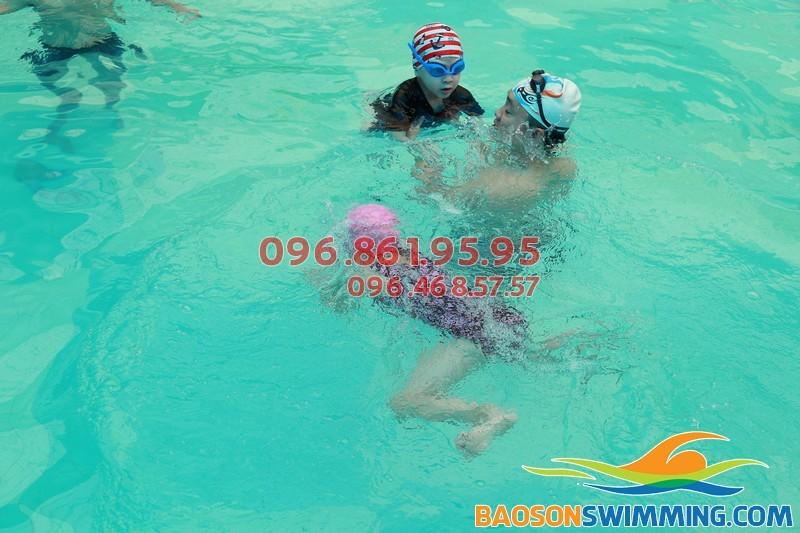 Kỹ thuật bơi ếch cơ bản cho trẻ em