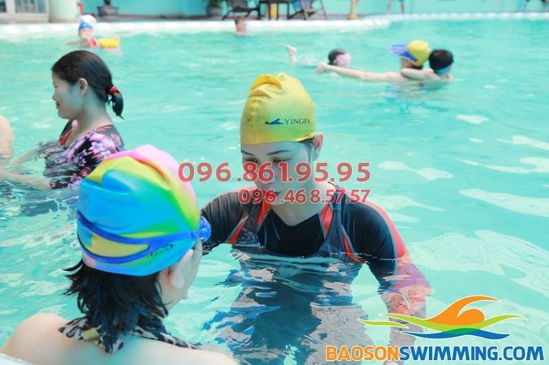 Lớp học bơi cho người cao tuổi tại bể bơi bốn mùa khách sạn Bảo Sơn