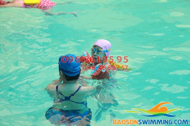 Bé tập bơi bể Bảo Sơn - Một số điểm cần lưu ý