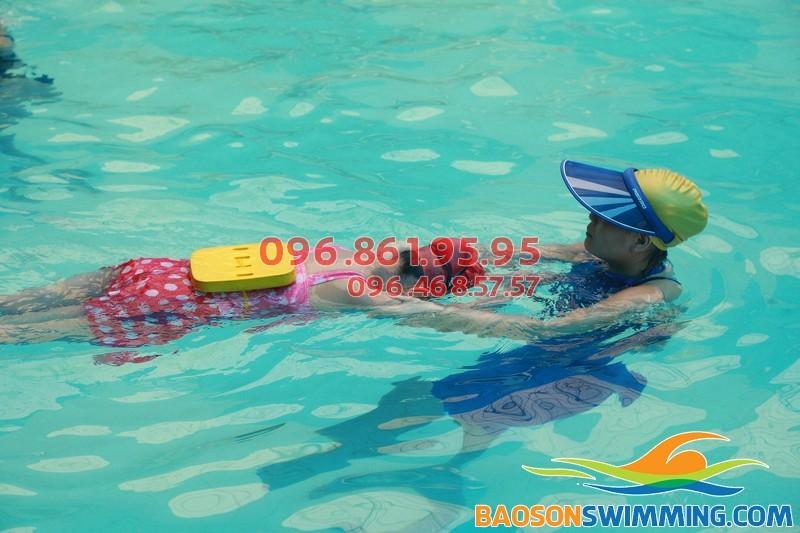 Lớp học bơi cho bé gái 5 tuổi bể Bảo Sơn