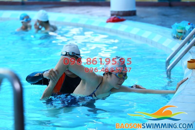 Cận cảnh hướng dẫn bơi ếch tại bể bơi Bảo Sơn 50 Nguyễn Chí Thanh Hà Nội