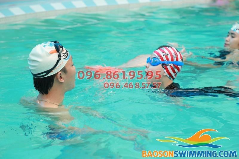 Dạy bơi cho bé tại bể bơi Bảo Sơn Hà Nội