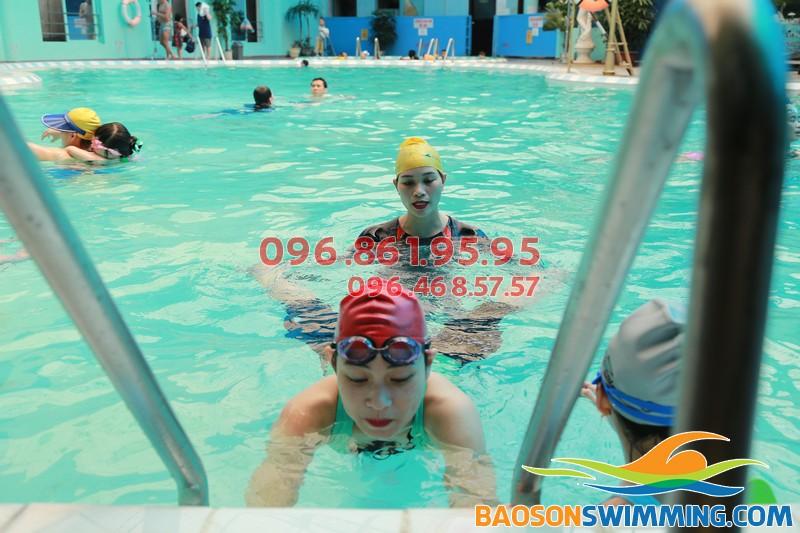 Học bơi với giáo viên nữ tại bể bơi bốn mùa giá rẻ, hiệu quả cao