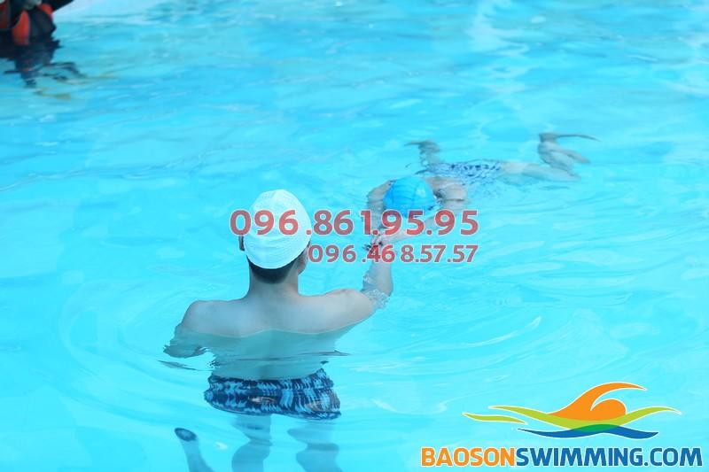 Lớp học bơi cơ bản cho học viên nữ 2017 bể Bảo Sơn