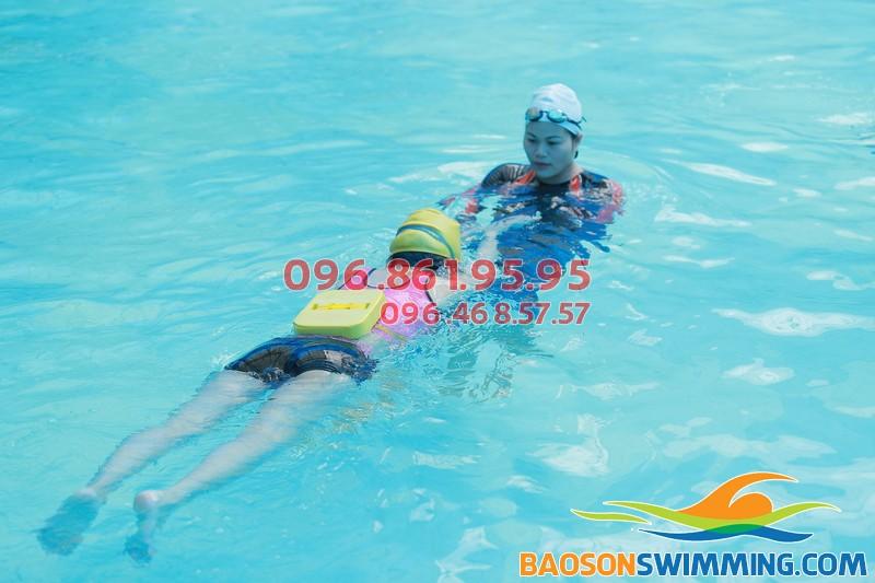 học viên tập bơi cùng huấn luyện viên Bảo Sơn Swimming