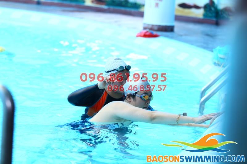 Học bơi kèm riêng bể bơi Bảo Sơn bạn luôn được giáo viên chỉ dẫn tận tình