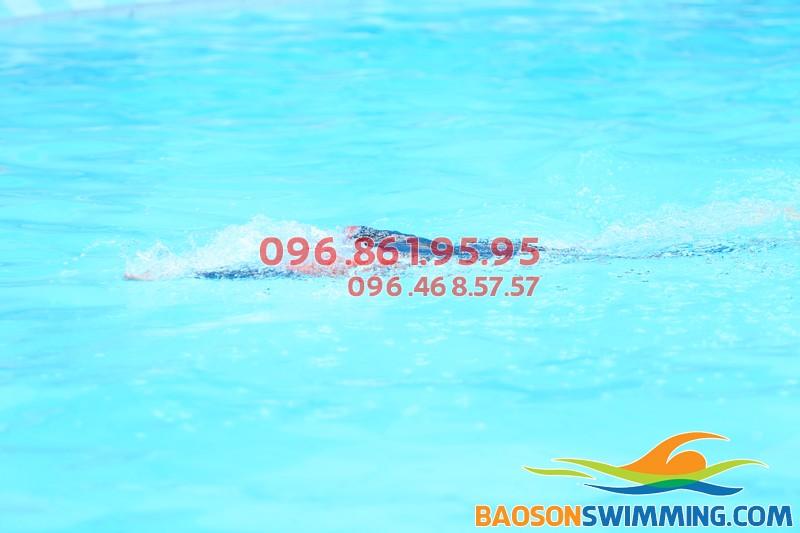 Học bơi mùa đông trong làn nước ấm nóng của bể bơi Bảo Sơn