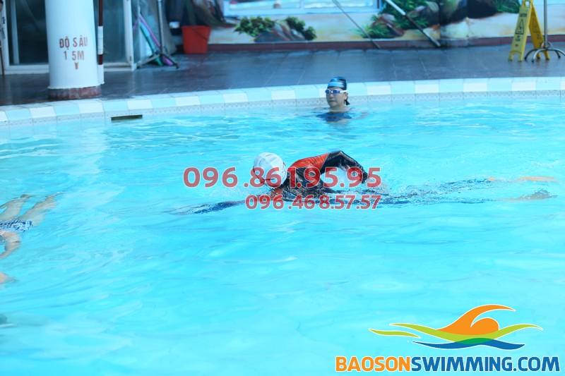 Giáo viên của Bảo Sơn Swimming đang hướng dẫn học viên bơi sải đúng kỹ thuật