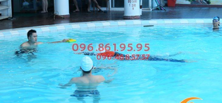 Cho trẻ học bơi giúp phòng bệnh cong vẹo cột sống