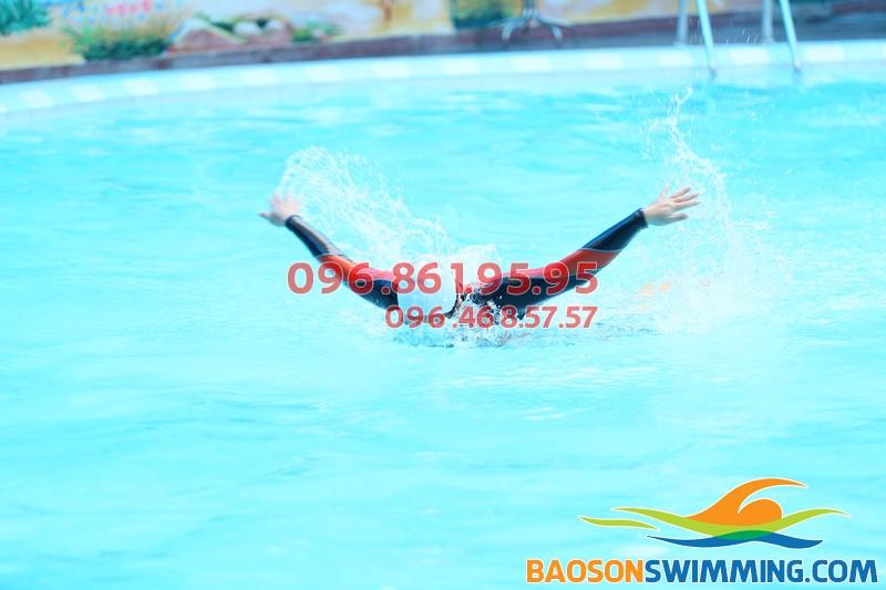 Huấn luyện viên tại Bảo Sơn Swimming bơi mẫu cho học viên quan sát