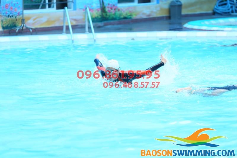 Học viên bơi tại Bể bơi nước nóng Bảo Sơn