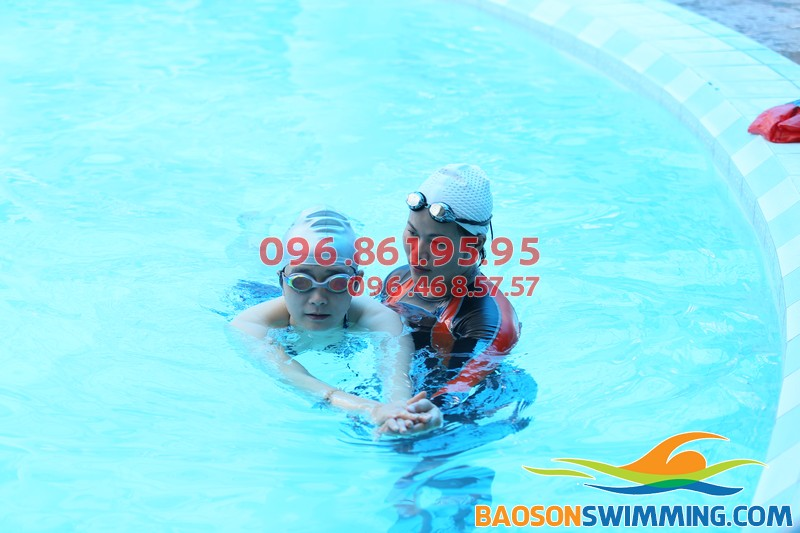 HLV đang hướng dẫn học viên học bơi tại Bể bơi Bảo Sơn