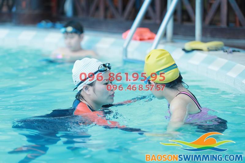 HLV kèm riêng học viên trong lớp học bơi mùa đông