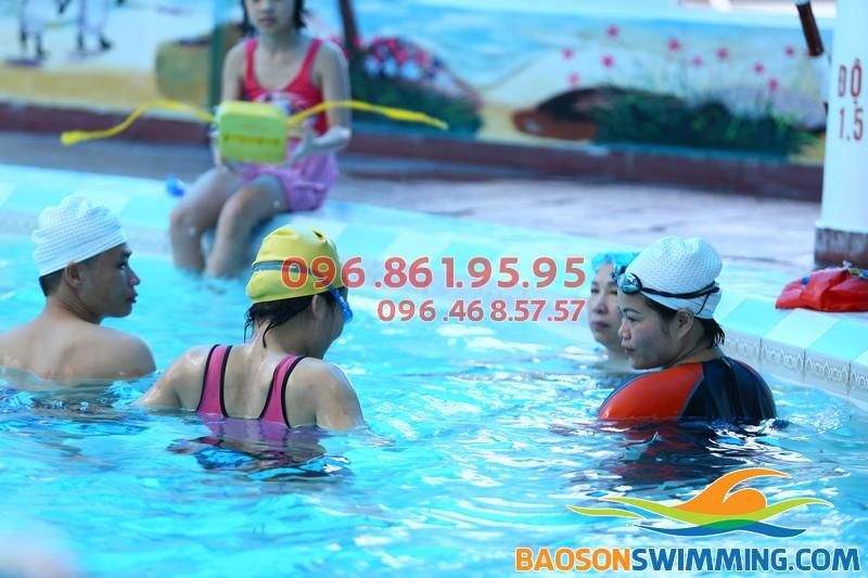 Lớp học bơi vô cùng sôi nổi tại bể Bảo Sơn