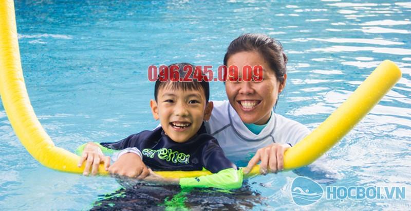 HLV Bảo Sơn Swimming cùng học viên lớp trẻ em