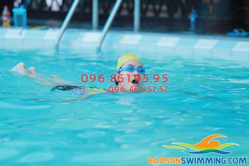 Học viên thích thú học bơi trong làn nước ấm áp của bể Bảo Sơn