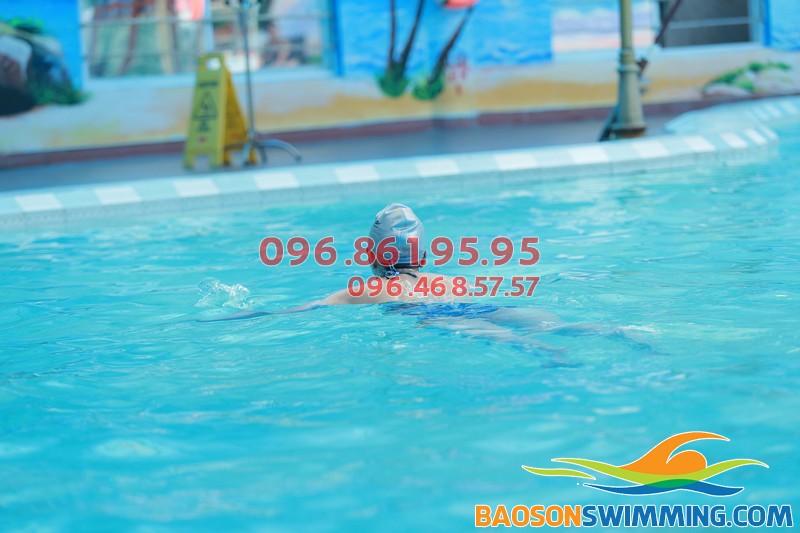Chỉ từ 7 đến 10 buổi là biết bơi khi tham gia khóa học bơi người lớn bể nước nóng Bảo Sơn 2017