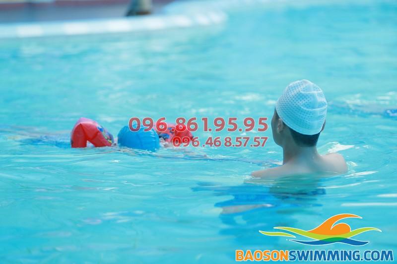 Chỉ 7 đến 10 ngày bé sẽ biết bơi khi tham gia học bơi bể nước nóng Bảo Sơn