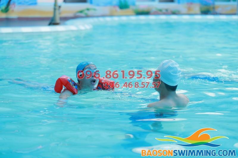 Giáo viên luôn theo sát 24/24 bên học viên trong quá trình học bơi