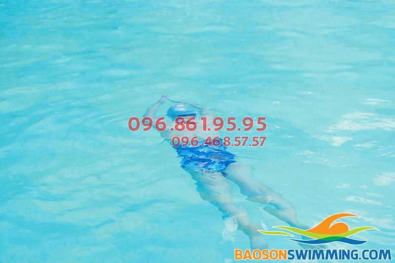 Học bơi ếch nhanh chóng tai bể nước nóng Bảo Sơn cho người mới học