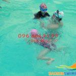 Cho bé học bơi sớm để đón nhận những lợi ích tuyệt vời