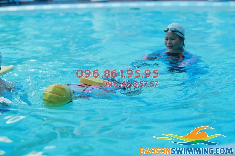 Học viên được đảm bảo an toàn tuyệt đối khi tham gia học bơi tại bể Bảo Sơn 2018