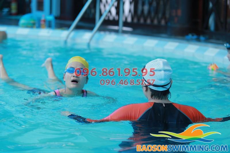 Một giờ học bơi ếch của học viê tại bể bơi Bảo Sơn