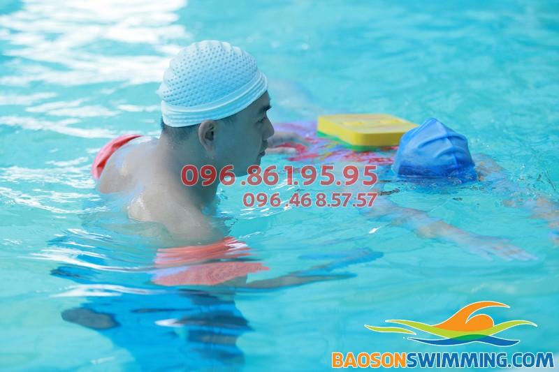 Học bơi cùng giáo viên chuyên nghiệp tại bể Bảo Sơn