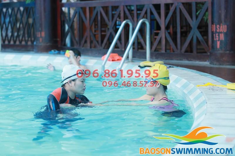 Học bơi bể nước nóng Bảo Sơn 2017 học viên được học với giáo viên kèm riêng