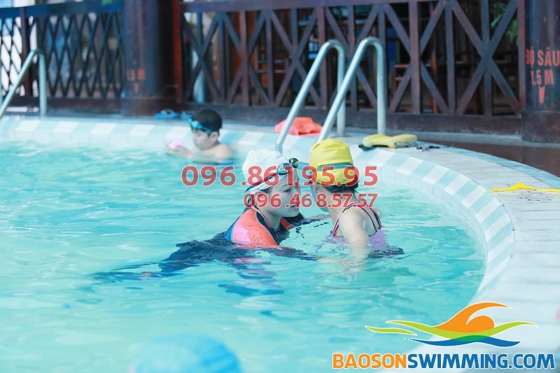 Học viên tham gia khóa học bơi cơ bản tại bể bơi Bảo Sơn
