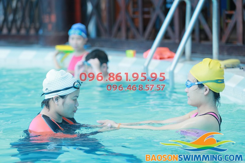 Giáo viên luôn theo sát học viên 24/24 trong suốt quá trình học bơi tại bể Bảo Sơn